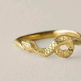 Anillo relieve serpiente plata recubierta oro, J04853-02, hi-res