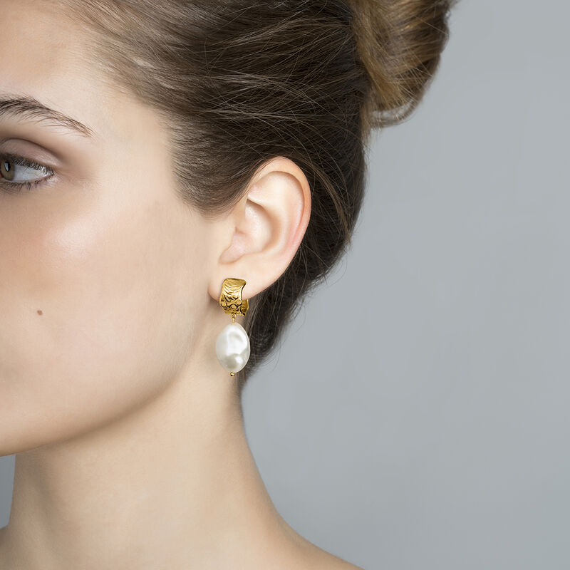 Gold plated hoop earrings with baroque pearl, J04199-02-WP, hi-res